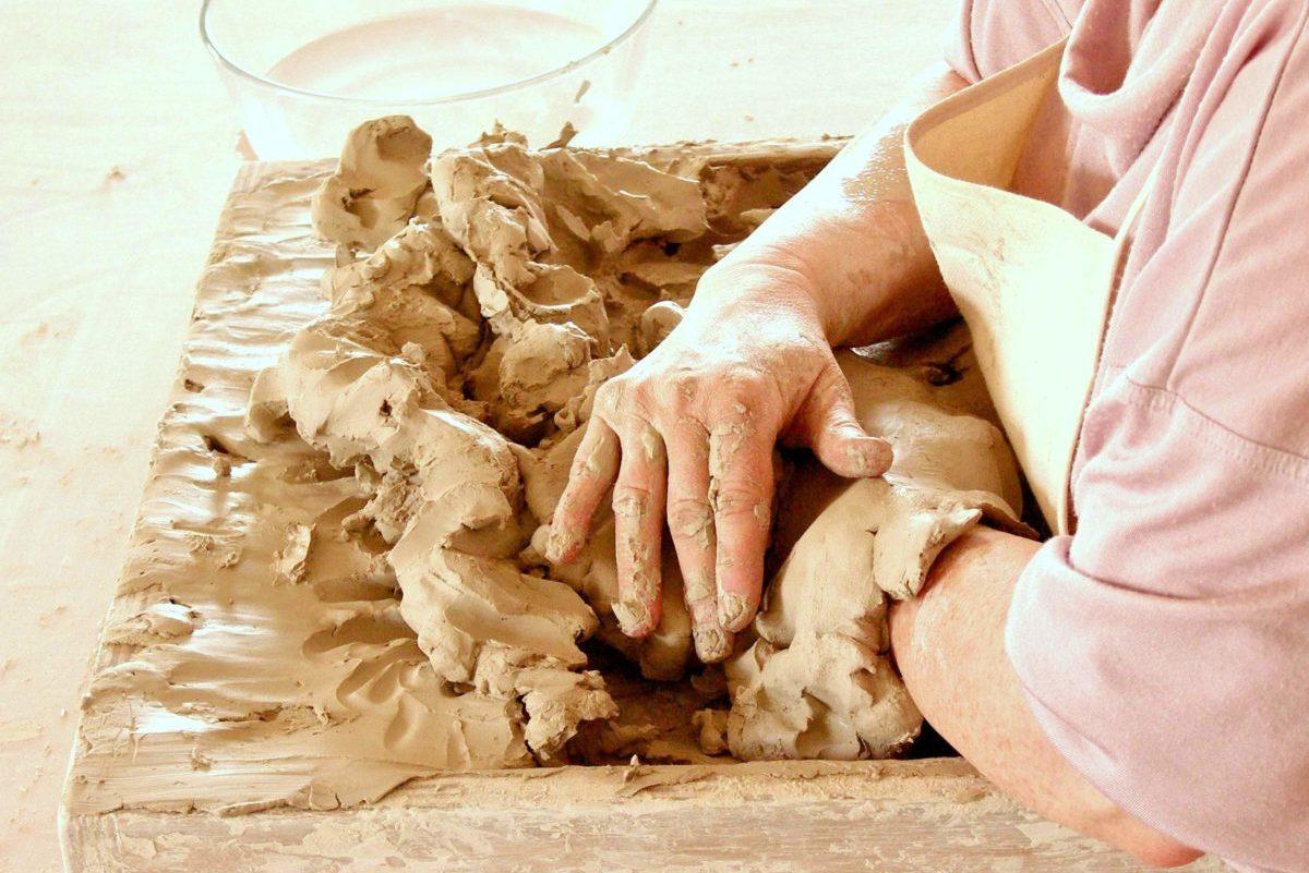 Eingegrabene Hände, Innehalten